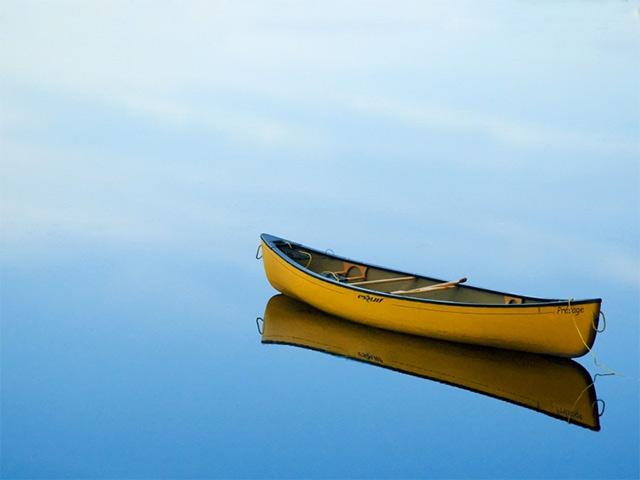 img-lonely-canoe